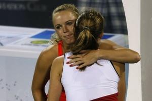 Чакветадзе (спиной) вместе с Каролин Возняцки после досрочного завершения борьбы в турнире в Дубае
