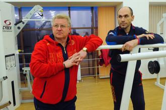 Тренер вратарей российской хоккейной сборной Владимир Мышкин (слева)