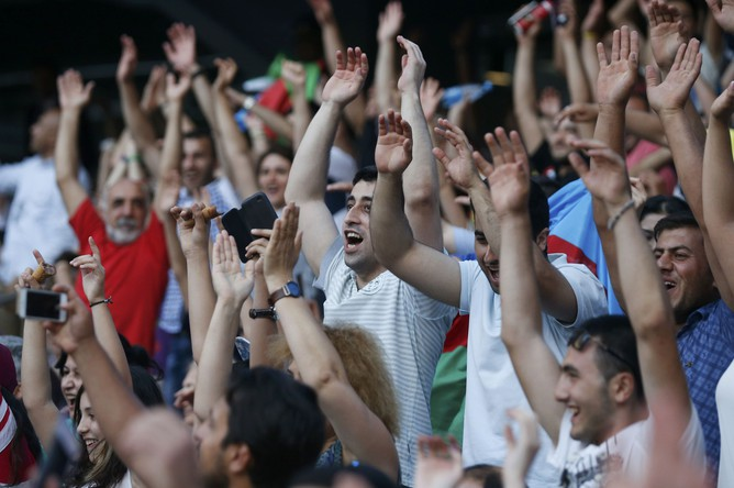 Зрители на Национальном стадионе в Баку