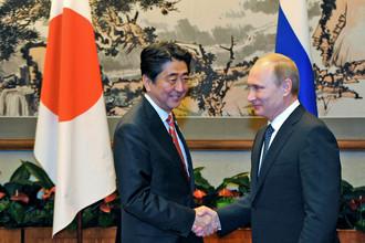 Президент РФ Владимир Путин (справа) и премьер-министр Японии Синдзо Абэ