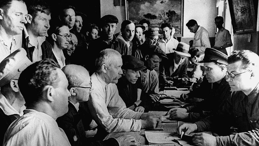 Жители Москвы все как один поднялись на защиту Родины. Из добровольцев было создано несколько ополченческих дивизий. На снимке: москвичи записываются в ряды народного ополчения