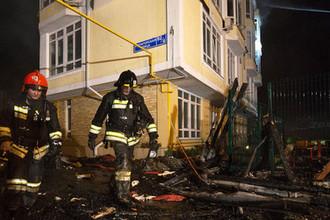Сотрудники МЧС у пятиэтажного жилого дома на улице Пятигорской в Сочи, где произошел пожар. 2 апреля 2018 года