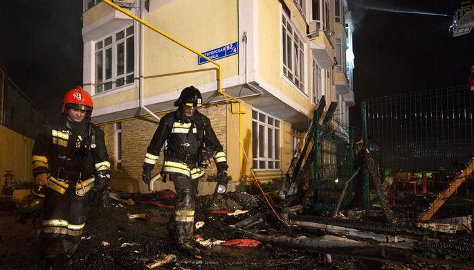 Сотрудники МЧС у пятиэтажного жилого дома на улице Пятигорской в Сочи, где произошел пожар. 2 апреля...