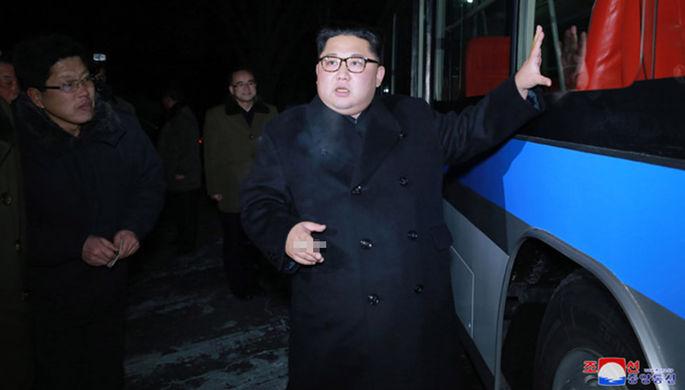Лидер Северной Кореи Ким Чен Ын осматривает новый троллейбус перед поездкой по ночному Пхеньяну, 4...