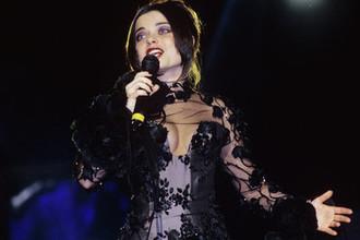 Певица Наташа Королева во время выступления, 1997 год