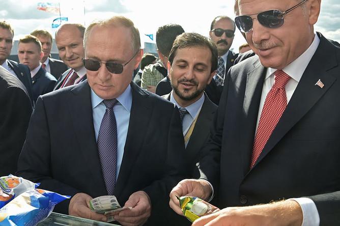 Президент России Владимир Путин с мороженым и президент Турции Реджеп Тайип Эрдоган на авиасалоне МАКС в подмосковном Жуковском, 27 августа 2019 года