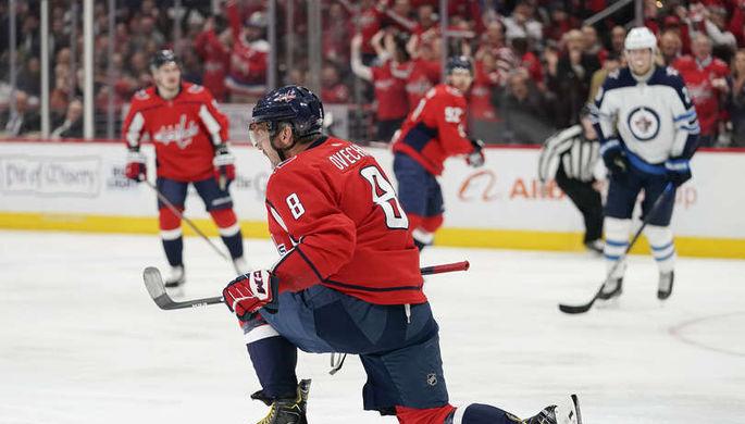 Александр Овечкин празднует 701-ю шайбу в НХЛ