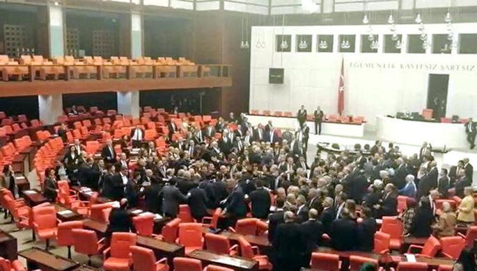 Оскорбили Эрдогана: в парламенте Турции подрались депутаты