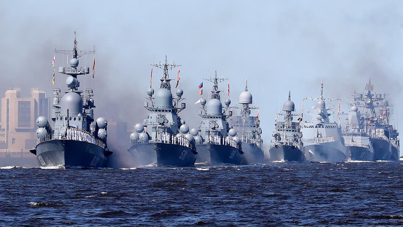Боевые корабли в кильватерном строю во время Главного военно-морского парада в честь Дня Военно-Морского Флота России, 26 июля 2020 года