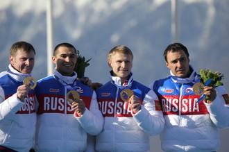 Российская мужская бобслейная четверка на пьедестале Олимпиады в Сочи