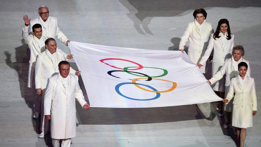 Вынос Олимпийского флага на церемонии открытия зимних Олимпийских игр в Сочи