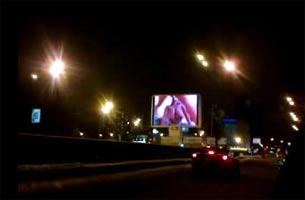 Показом порноролика на рекламном экране в центре города