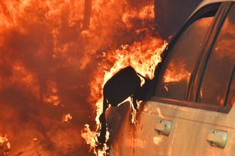 Охваченный огнем автомобиль в долине Сан-Фернандо, Калифорния, США, 6 декабря 2017 года