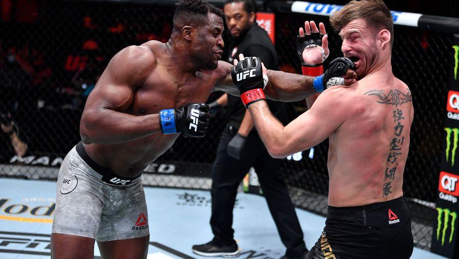 Бойцы Фрэнсис Нганну и Стипе Миочич в поединке на UFC 260
