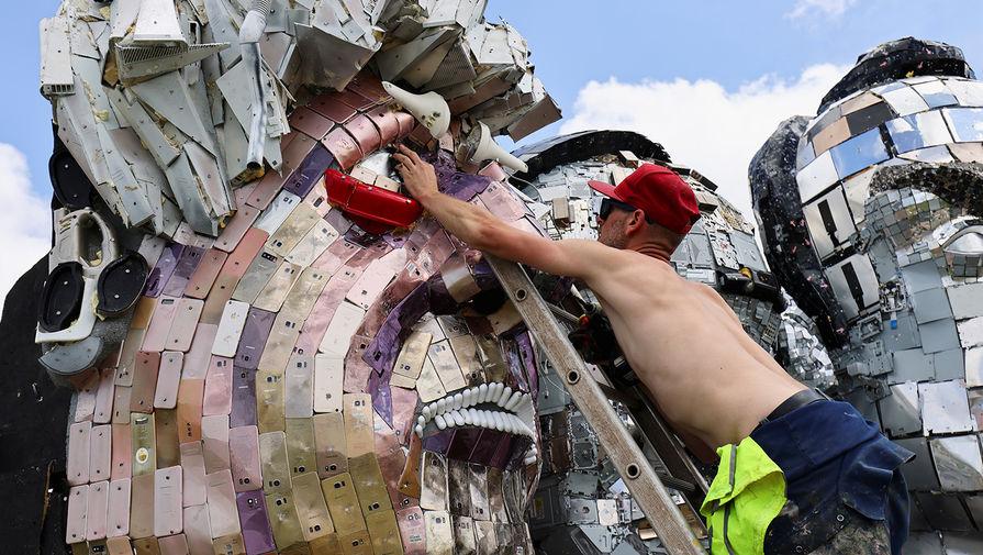 Инсталляция называется Mount Recyclemore — по аналогии с горой Рашмор (Mount Rushmore) в США, на которой высечен барельеф в виде голов четырех американских президентов