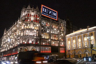 Центральный универсальный магазин, украшенный новогодней иллюминацией в Москве, 2016 год