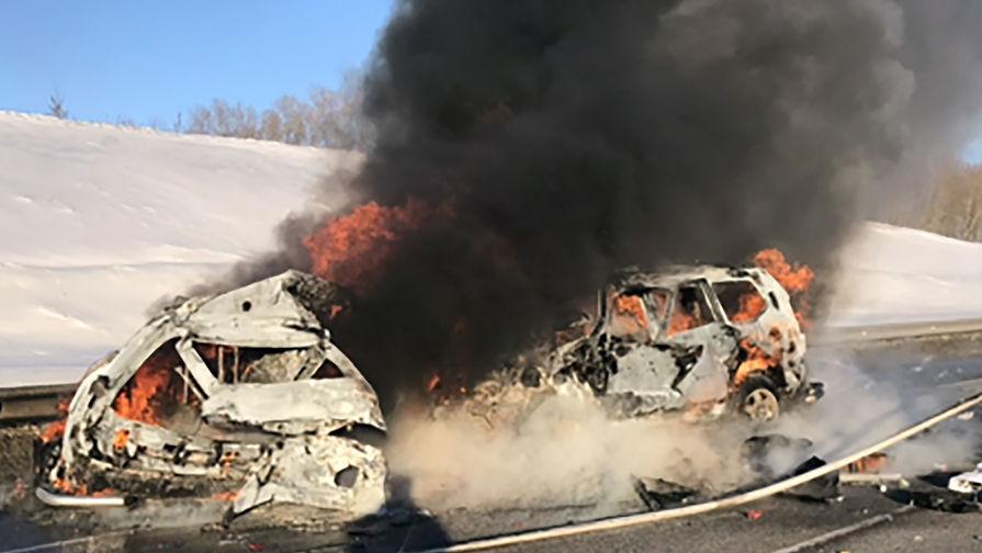 На месте ДТП на на 166-м км автодороги Курск- Борисоглебск, где при столкновении трех автомобилей погибли не менее семи человек
