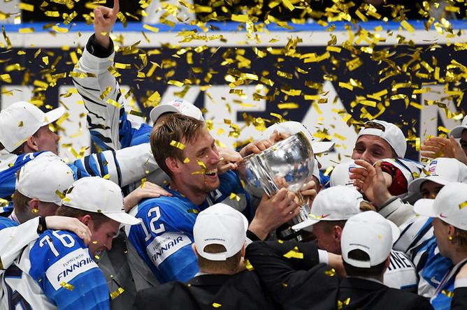 Игроки сборной Финляндии на церемонии награждения после победы в финальном матче чемпионата мира по хоккею между сборными командами Канады и Финляндии, 26 мая 2019 года