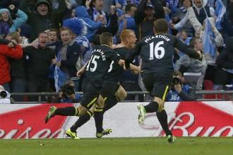Радость игроков «Уигана» после гола в ворота «Манчестер Сити»