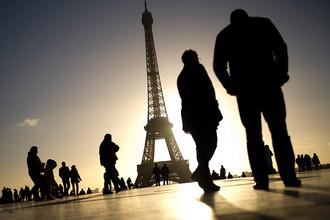 Туристы на площади Трокадеро в Париже, откуда открывается великолепный вид на Эйфелеву башню