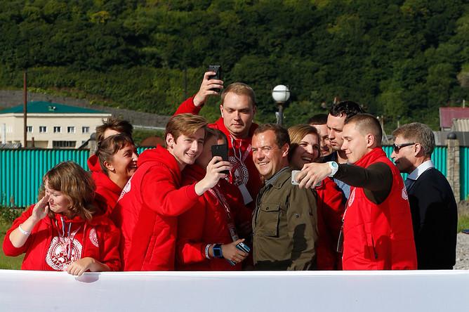 Участники всероссийского молодежного образовательного форума «Итуруп» в Курильске делают селфи с премьер-министром России Дмитрием Медведевым