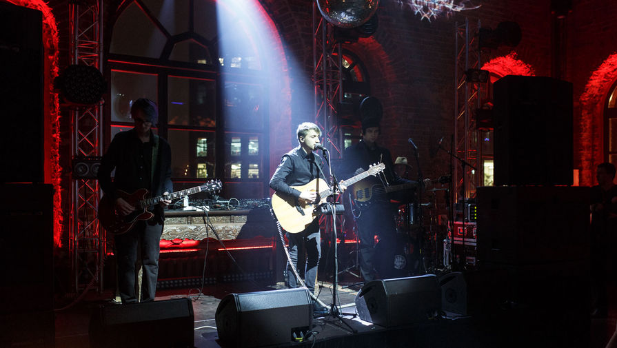 Группа «Нервы» выступает на открытии клуба «Газгольдер» в Москве