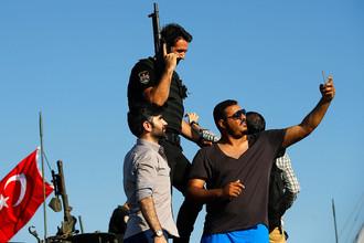 Жители Стамбула делают селфи на мосту через Босфор