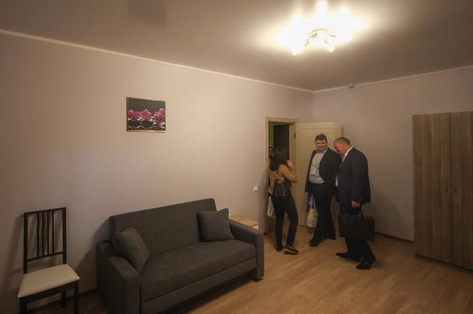 Стенд с шоу-румом квартир для участников программы реновации на урбанистическом форуме на ВДНХ в Москве, 6 июля 2017 года