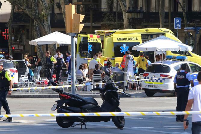 Экстренные службы на месте наезда фургона на пешеходов в центре Барселоны, 17 августа 2017 года