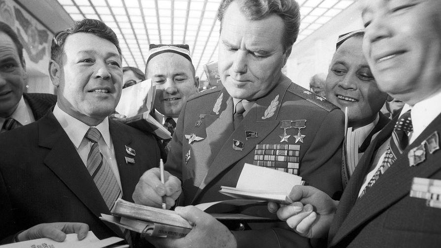 XXVI съезд КПСС. Летчик-космонавт СССР, дважды Герой Советского Союза Владимир Шаталов (в центре) среди делегатов съезда, 1981 год