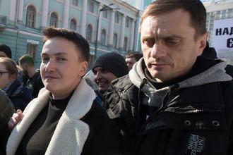 Народный депутат Надежда Савченко в окружении журналистов и правоохранителей у здания Верховной Рады Украины в Киеве, 22 марта 2018 года