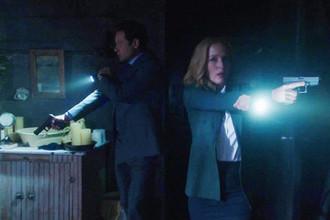 Дэвид Духовны в роли агента Фокса Малдера и Джиллиан Андерсон в роли агента Даны Скалли в сериале «Секретные материалы». Кадр из тизера 2015 года