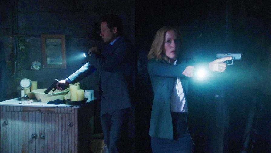 Дэвид Духовны в роли агента Фокса Малдера и Джиллиан Андерсон в роли агента Даны Скалли в сериале...