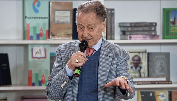 Поэт Андрей Дементьев на творческой встрече в рамках книжного фестиваля в Москве, 2016 год