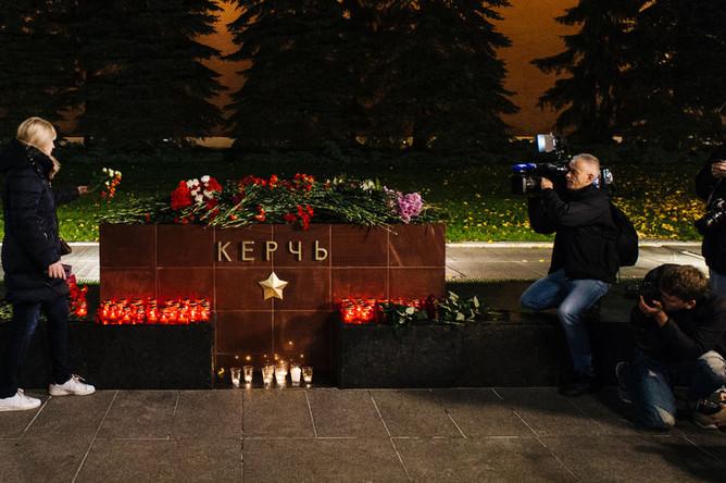 Цветы у мемориала Города-героя Керчь в Александровском саду, 17 октября 2018 года