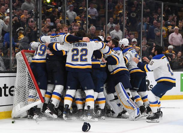 Хоккеисты «Сент-Луис Блюз» после победы над «Бостон Брюинз» в финале Кубка Стэнли в Бостоне, 12 июня 2019 года