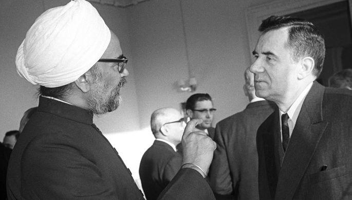Премьер-министр Индии Сардар Сваран Сингх и Министр иностранных дел СССР Андрей Андреевич Громыко на приеме в посольстве Республики Индии, 1964 год