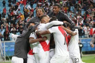 Сборная Перу празднует победу над Чили в полуфинале Кубка Америки — 2019.
