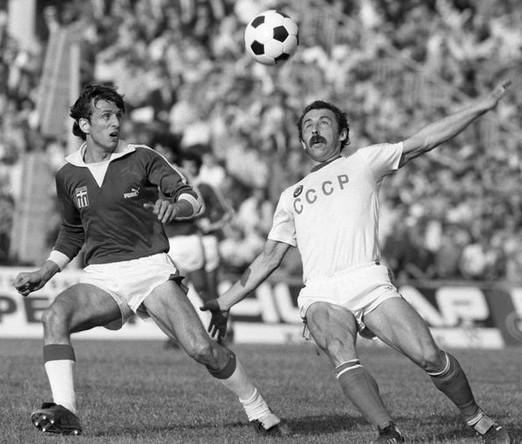 Кандидат в члены олимпийской сборной команды СССР по футболу Валерий Газзаев в борьбе за мяч, 1983 год