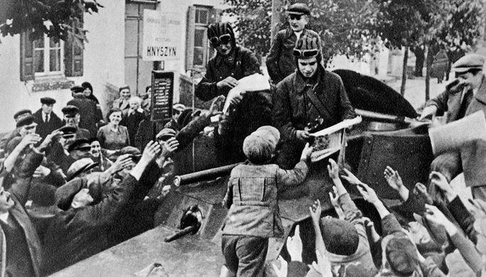 Местные жители приветствуют бойцов Красной Армии в Западной Белоруссии