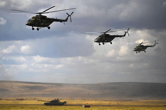 Вертолеты Ми-8 во время основного этапа стратегического командно-штабного учения «Центр-2019» на полигоне «Донгуз», 19 сентября 2019 года