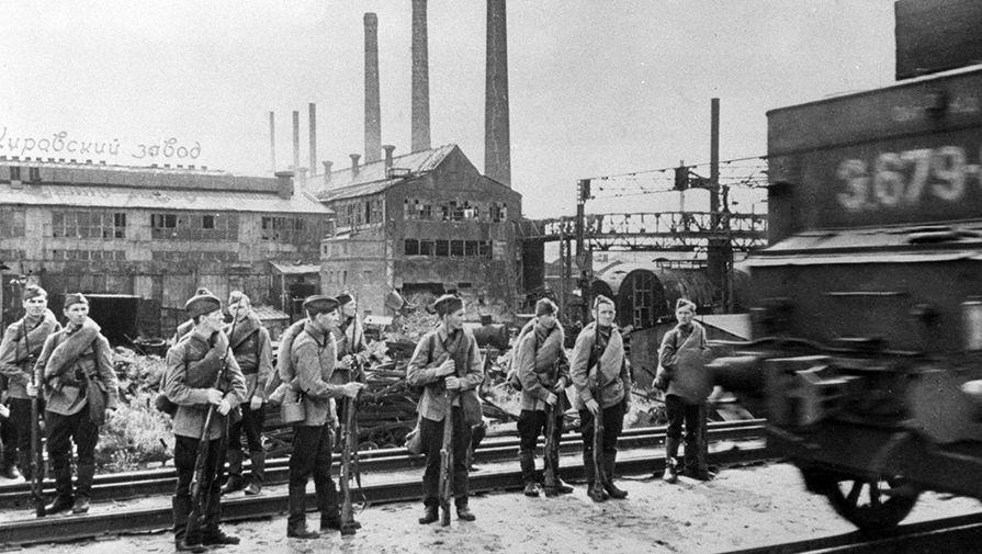 Рабочие Кировского завода направляются на фронт. Ленинград, 1941 год