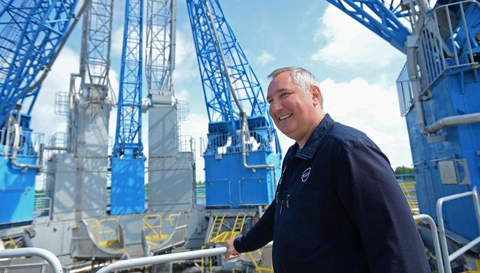 Заместитель председателя правительства РФ Дмитрий Рогозин на стартовом комплексе во время рабочей...