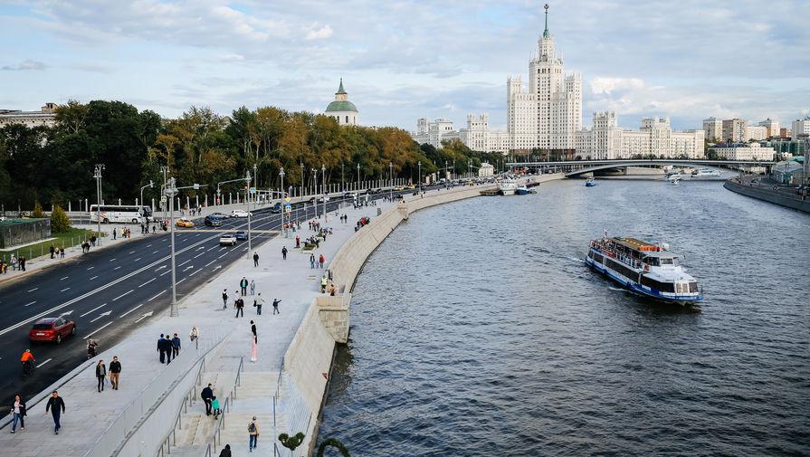 Вид на Москворецкую набережную с «Парящего моста» в Зарядье