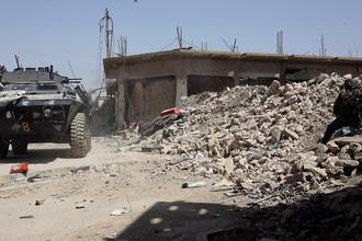 Автомобиль федеральной полиции Ирака рядом с позициями боевиков ИГ (запрещенная в России террористическая организация) в западном Мосуле, июль 2017 год