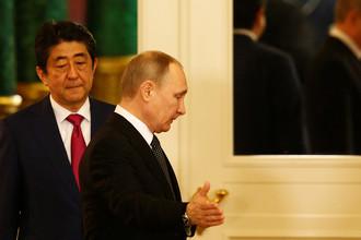 Российский президент Владимир Путин и премьер-министр Японии Синдзо Абэ после встречи в Кремле, 27 апреля 2017 года