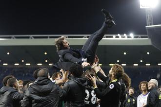 Футболисты «Челси» качают Антонио Конте после победы над «Вест Бромвичем», принесшей чемпионский титул