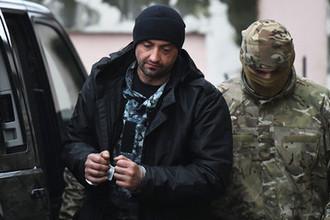 Один из задержанных моряков с кораблей ВМС Украины «Бердянск», «Никополь» и «Яны Капу» (слева) у Киевского районного суда Симферополя, 27 ноября 2018 года