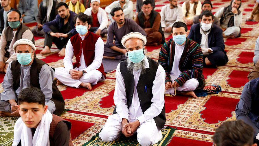 Мусульмане во время молитвы по случаю праздника Ураза-байрам в Кабуле, Афганистан, 24 мая 2020 года