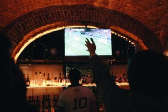 Болельщики в баре «Лига Пап» смотрят трансляцию матча Россия — Южная Корея во время группового этапа чемпионата мира по футболу